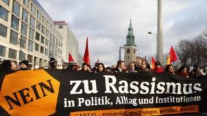 """""""لا للعنصرية في السياسة والمؤسسات والحياة اليومية"""" مظاهرة في هامبورغ. Foto: dpa"""