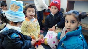 أطفال يلعبون في روضة أطفال المنشية المخصصة لمحاولة الشفاء من صدمات الحرب السورية . Foto: Laura Overmeyer