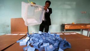 إحصاء الأصوات بعد الانتخابات الرئاسية 2014 في أفغاستان.   Foto: Reuters