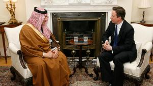 رئيس الوزراء البريطاني ديفيد كاميرون وهو يتحدث إلى وزير الخارجية السعودي سعود الفيصل في لندن بتاريخ 22 / 03 / 2011.  photo: picture-alliance/dpa