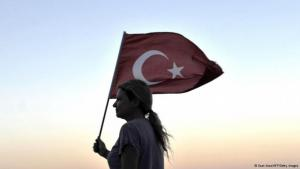 امرأة تحمل العلم التركي