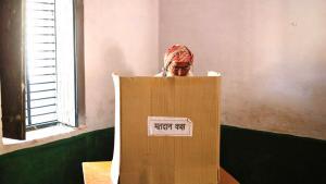 رجل مسلم، ممن شردهم الصراع الدموي الطائفي عام 2013، يدلي بصوته في الانتخابات العامة داخل مركز اقتراع في قرية بارلا في ولاية أوتار براديش، بتاريخ 10 / 04 / 2014. photo: Reuters