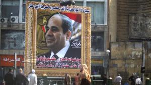 ملصق معبر عن تبجيل الشخص وعليه صورة عبد الفتاح السيسي في وسط مدينة القاهرة. Foto: Reuters