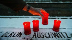 """""""جدار الأسماء"""" يحمل أسماء ضحايا المحرقة في فرنسا، الصورة: أ ب"""