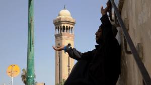 ضرير يطلب المساعدة قرب مسجد الحسين في القاهرة. A. Alkhashali
