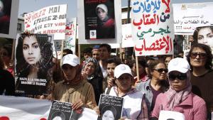 مظاهرة للنساء بتاريخ 17/ 03/ 2012 أمام البرلمان المغربي في الرباط بعد انتحار الشابة المغربية أمينة الفيلالي. Foto: STR/AFP/Getty Images