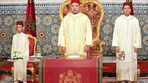الملك المغربي محمد السادس مع نجله وولي عهده الأمير مولاي حسن (يسار) وأخيه الأمير مولاي رشيد.  Foto: picture-alliance/dpa