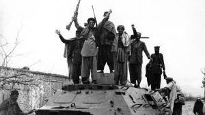 مجاهدون مبتهجون على مدرعة عسكرية اغتنموها خلال الحرب بين أفغانستان والاتحاد السوفييتي. photo: Getty Images