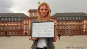 """آنستاسيا م. من ماينهايم: """"أنا أيضاً ألمانيا"""" حملة تسعى إلى إظهار أن كل من طفل ولد في ألمانيا من أصول أجنبية، أو كبر فيها، فهو ألماني حتى ولو كان لون بشرته أو لغته أو اسمه مغايرا عما هو مألوف . آنستاسيا تقول: """"اسمي أجنبي لكنني ألمانية""""."""