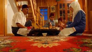 هذه العائلة البوسنية تتناول وجبة الإفطار يوميا دائما معا، وغالبا أيضا مع أقارب وأصدقاء. فتعزيز الإحساس بروح الجماعة جانب من الجوانب الأساسية في رمضان. ولا يشترط أن يكون كل من يجلس على مائدة الإفطار صائماً، فالإسلام يمنح رخصا بعدم الصيام لكبار السن والنساء الحوامل والمرضى والمسافرين، ومن يستطع يمكنه التعويض بعد رمضان. أما الأطفال فليس عليهم صيام.