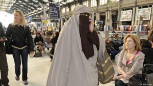 امرأة منتقبة في باريس. Foto: Getty Images