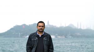 الكاتب التركي إيمرا سيربس. Foto: Iletisim Yayinlari