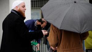 سلفيون يوزعون نُسَخ القرآن في المدن الألمانية. Foto: dapd