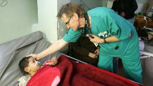 الطبيب النرويجي مادز غيلبرت المتطوع في مستشفى الشفاء في غزة عام 2009. photo Getty Images