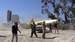 مسلحون يقصفون مطار طربلس.  Foto: AP/dpa