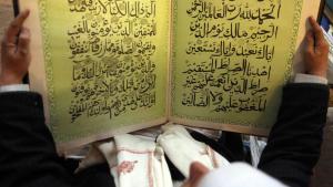 رجل يقرأ القرآن في أحد مساجد صنعاء. Foto: Reuters