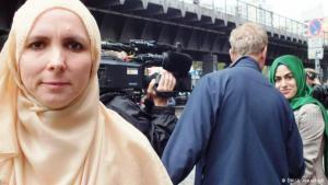 """نبذ للكراهية ومطالبة بالعدالة: تقول إيمان رايمان (يسار الصورة) رئيسة المجلس التنسيقي للمسلمين في مدينة برلين: """"نطالب بالعدالة لإخواننا المسلمين في كل مكان وننتقد العنف والتطرف""""."""