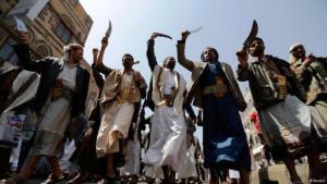 متمردون حوثيون يرقصون رقصة تقليدية في صنعاء