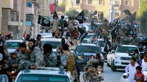 """أنصار تنظيم """"الدولة الإسلامية"""" (داعش) في مدينة الرقة في سوريا. ; Foto: picture-alliance/AP photo"""
