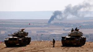 دبابات تركية قرب مدينة عين العرب كوباني المحاصرة من قبل تنظيم الدولة الإسلامية. Foto: Reuters/Umit Bektas