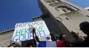 مظاهرات لمسلمين عند مسجد في باريس تحتج على ذبح مرشد سياحي فرنسي في الجزائر.  Foto: Reuters