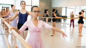 التونسية يسرا زوالي خلال درس الرقص في مدينة دريسدن الألمانية. Foto: Andreas Siegel