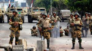 Reuters)  جنود مصريون في وسط القاهرة