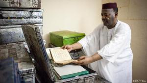 عبد القادر حيدرة، صاحب مكتبة عائلية، قام بالإشراف على عملية إنقاذ المخطوطات القديمة حتى لا تطالها أيدي المتطرفين وتدمر جزءا مهما من التاريخ الإسلامي.