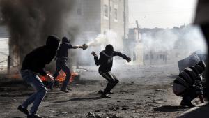 شباب فلسطيني في مواجهات مع الشرطة الإسرائيلية في القدس الشرقية. Foto: Coex/AFP/Getty Images