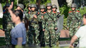 وحدات من الشرطة الصينية في منطقة أورومقو بإقليم شينجيانغ الصيني. Foto: picture-alliance/dpa