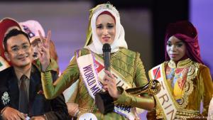 """تُوجت التونسية فاطمة بن غوفراش (25 عاما) بتاج """"الجمال الإسلامي""""، وهي مسابقة عالمية حديثة العهد. قالت بن جوفريش، في شريط فيديو ترويجي نشر على موقع يوتيوب، إنها تحب التأمل وقراءة القرآن. ويظهر الفيديو صورة لها وهي تلوح بعلم فلسطيني مكتوب عليه """"قل لا للاحتلال!"""". وفازت النيجيرية عائشة أجيبولا، وهي طالبة صيدلة في جامعة لاجوس، بمسابقة العام الماضي."""