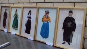 لوحات فنية تعرف باللباس المغربي التقليدي لفنانة عصامية اسمها كلودين مستاري ولدت بباريس من أم فرنسية وأب جزائري وهي تقيم في مراكش. اللوحات عرضت في مقر جمعية لليهود المغاربة بمدينة فاس وحضرها جمهور متنوع.