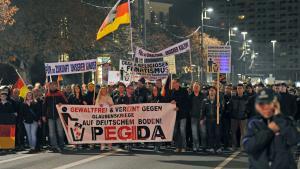 ;  متظاهرون في مدينة دريسدن الواقعة في شرق ألمانيا Foto: Matthias Hiekel/dpa