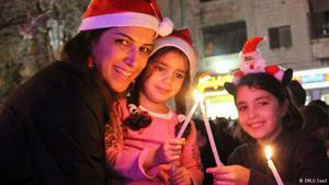 يحتفل الفلسطينيون مع بداية شهر كانون الأول/ ديسمبر بانطلاق فعاليات أعياد الميلاد المجيدة التي تبدأ بإضاءة أشجار الميلاد في الساحات العامة، وتصل ذروتها عشية قداس العيد في منتصف ليلة الرابع والعشرين من الشهر نفسه.