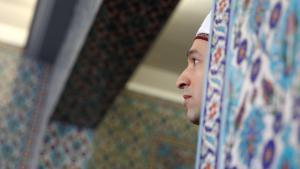 مسلم في أحد مساجد هامبورغ الألمانية. Foto: Axel Heimken/dpa