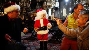 بابا نويل صغير في كنيسة المهد في بيت لحم. Foto: Reuters