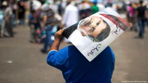 أحد أنصار الرئيس المصري محمد مرسي حاملا صورته في يوليو 2013.jpg