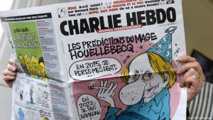 """غلاف أحدث عدد لصحيفة  صحيفة شارلي إيبدو يعرض صورة الكاتب الفرنسي ميشال ويلبيك، الذي أصدر مؤخراً رواية """"الاستسلام"""" المثيرة للجدل والتي يصور فيها أن فرنسا تُحكم من قبل رئيس مسلم. Foto: AFP/Getty Images"""