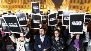 """متضامنون مع صحيفة """"شارلي إيبدو"""" في  مدينة نيس الفرنسية  Foto: AFP/Getty Images/V. Hach"""
