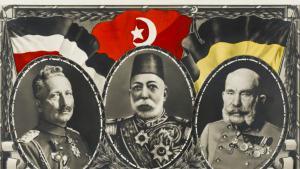 بطاقة بريدية من زمن الحرب العالمية الأولى، الحلفاء: القصير الألماني فيلهلم الثاني (يسار) السلطان العثماني محمد الخامس (وسط) و فرانتس يوزف الأول إمبراطور النمسا (يمين). Foto: picture-alliance