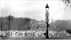 """يافطة في باريس تعود لعام 1961 مكتوب عليها """"هنا يتم إغراق الجزائريين"""". Foto: wikipedia"""