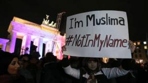 مسيرة لنساء مسلمات في برلين على خلفية الهجوم على شارلي إيبدو.  Foto: dpa