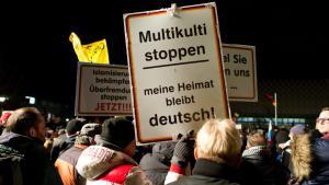 """إحدى مظاهرات حركة بيغيدا المعادية للإسلام بتاريخ 21 / 01 / 2015 في مدينة ريسدن الألمانية. """"Pegida""""-Demonstration in Dresden am 12.01.2015; Foto: picture-alliance/dpa/A. Burgi"""