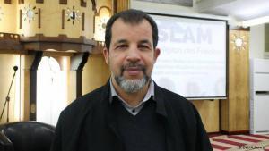"""يدعو إمام مسجد """"تجمع نويكولن"""" طه صبري، التونسي الأصل، يدعو في خطبه إلى دعم السلام ونبذ العنف"""