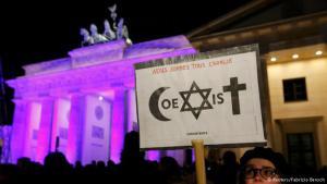 الحضور لم يقتصر على المسلمين فقط، وإنما شارك في التظاهرة ممثلين عن المسيحيين الكاثوليك والبروتسانت، وكذلك عن اليهود.