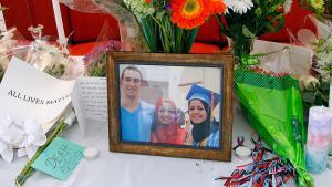 في ذكرى مقتل شاب مسلم وشابتين مسلمتين في فبراير 2015 في ولاية نورث كارولاينا الأمريكية. (photo: picture-alliance/AP Photo)