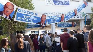 طلاب إسرائيليون عند دعايات انتخابية لبنيامين نتنياهو في 22 / 02 / 2015. (photo: Getty Images/MENAHEM KAHANA)