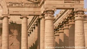 """قامت عناصر داعش السبت 7 مارس/ آذار 2015 بتدمير مدينة الحضر الأثرية بشمال العراق. ونددت اليونسكو بالـ""""الاستراتيجية المروعة للتطهير الثقافي في العراق""""."""
