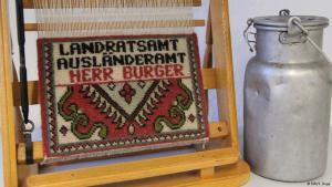 قِطَع تذكارية لمهاجرين من بلاد المشرق تركوا أوطانهم لعيش حياة جديدة في ألمانيا. Foto: DW/S. Dege