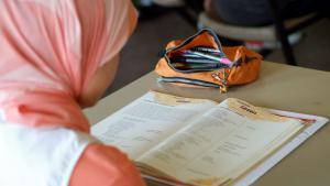 صورة رمزية لتلميذة مسلمة محجبة في مدرسة ألمانية. Foto: picture-alliance/JokerFoto: picture-alliance/Joker
